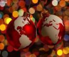 Palle di Natale decorato con la mappa del mondo