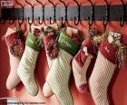 Calze appese con i regali di Natale