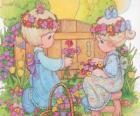 Due ragazze raccolgono fiori. Precious Moments