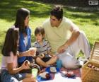 Famiglia in un pic-nic nel parco