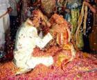 La sposa e lo sposo al matrimonio secondo la tradizione indù