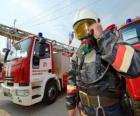 Vigile del fuoco completamente attrezzato accanto al camion