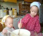 I bambini preparano una torta come un regalo a sorpresa per la mamma