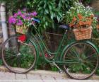 Bicicletta con ceste piene di fiori