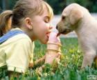 Ragazza e il cane un gelato di condivisione