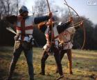 Arcieri, soldati medievali, armati con un arco