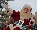 Babbo Natale con un sorriso saluta i bambini