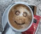 Caffè e latte con una faccina sorridente per iniziare una buona giornata