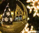 Riflessa di un albero di Natale su un pallone d'oro