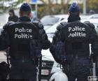 Due antisommossa della polizia durante una pausa, vista da dietro