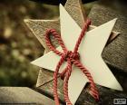 Due stelle di legno legati con un cavo rosso