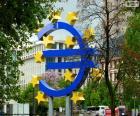 Scultura del logo della Banca centrale europea, Francoforte sul Meno, in Kaiserstraße., Germania