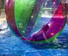Ragazza su una palla di acqua