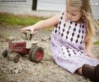 Ragazza che gioca con un trattore