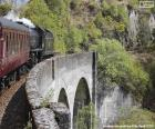 Treno che passa attraverso un viadotto
