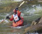Discesa in canoa in acque bianche