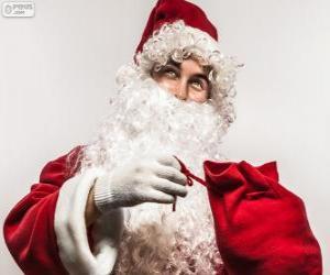 Rompicapo di Santa Claus felice con i regali di Natale