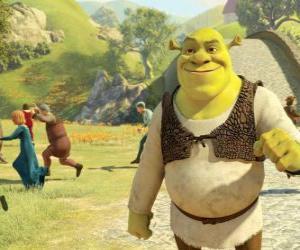 Rompicapo di Shrek a piedi attraverso la città e la gente corre