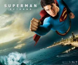 Rompicapo di Superman vola attraverso il cielo, pugni chiusi e il suo vestito con la cappa