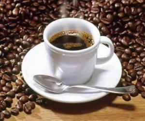 Rompicapo di Tazza di caffè e latte con piattino e cucchiaio