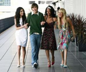 Rompicapo di Troy Bolton (Zac Efron), con le sue amiche Gabriella Montez (Vanessa Hudgens), Taylor (Monique Coleman) e Sharpay Evans (Ashley Tisdale)