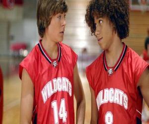Rompicapo di Troy Bolton (Zac Efron) e Chad (Corbin Bleu), con camicia Wildcats