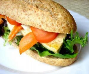 Rompicapo di Un buon snack o sandwich di pane integrale con bar con molti ingredienti diversi