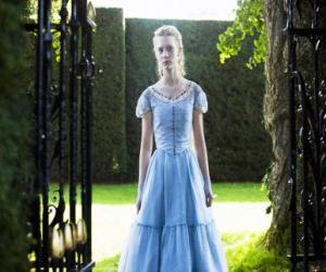 Rompicapo di Un giovane di 19 anni, Alice (Mia Wasikowska), entrando nella villa vittoriana dove ha vissuto nella sua infanzia