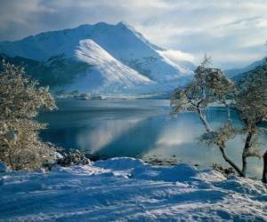 Rompicapo di Un lago con il paesaggio innevato