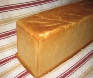 Rompicapo di Un pezzo di pane fatto in una teglia da forno per tagliare a fette, come un pane a fette