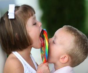 Rompicapo di Una ragazza e un ragazzo succhiando un lecca-lecca grande