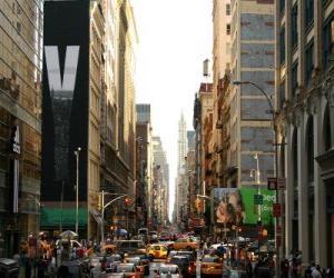 Rompicapo di Una strada nella città di New York con edifici alti e grattacieli