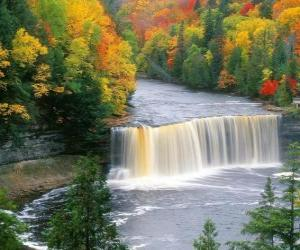 Rompicapo di Veduta di un fiume che va a una cascata