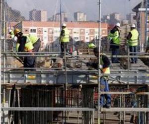 Rompicapo di Veduta generale di una casa in costruzione con diversi operatori lavorando