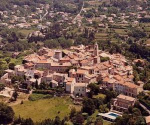 Rompicapo di Villaggio nel paesaggio, con la torre e campanile della chiesa